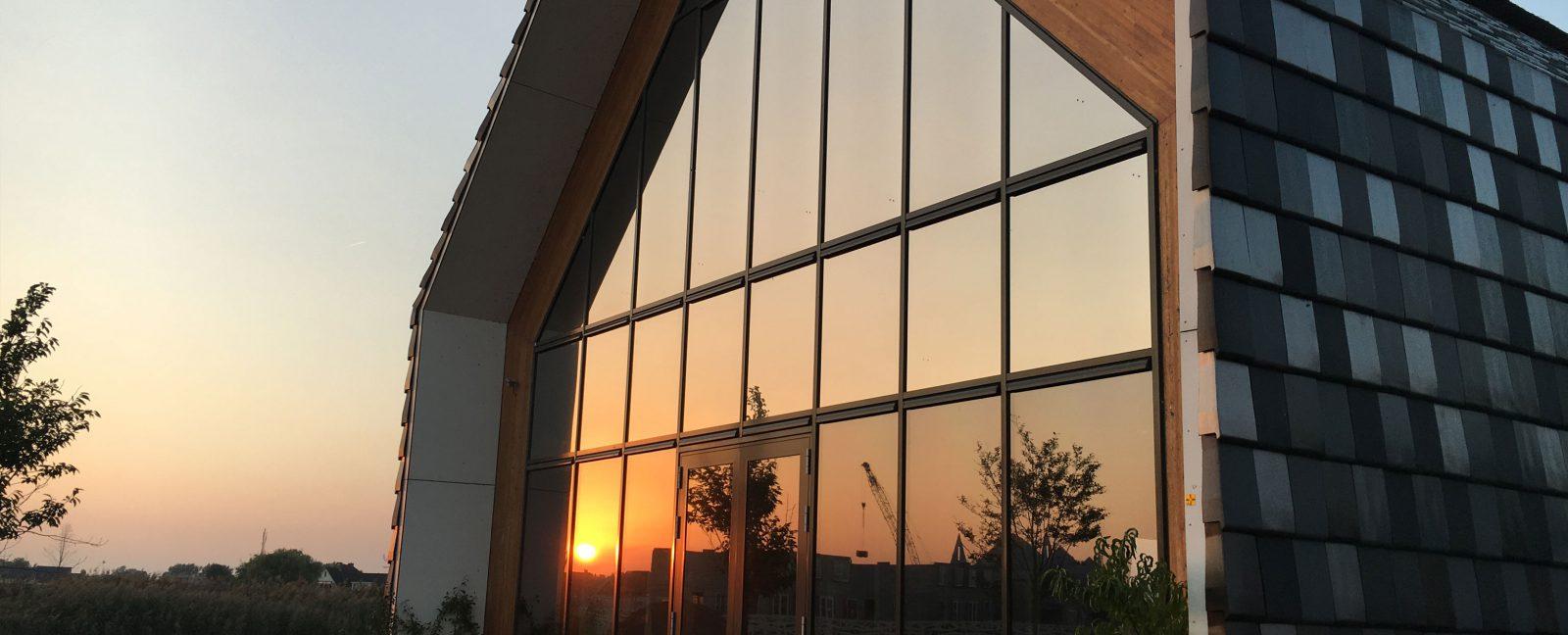 Ramen tinten blinderen gebouw vlakglas